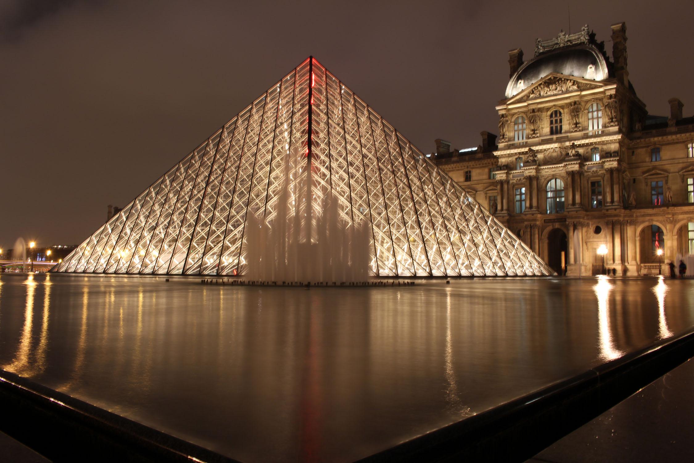 Pyramide du louvre nuit - Pyramide du louvre construction ...