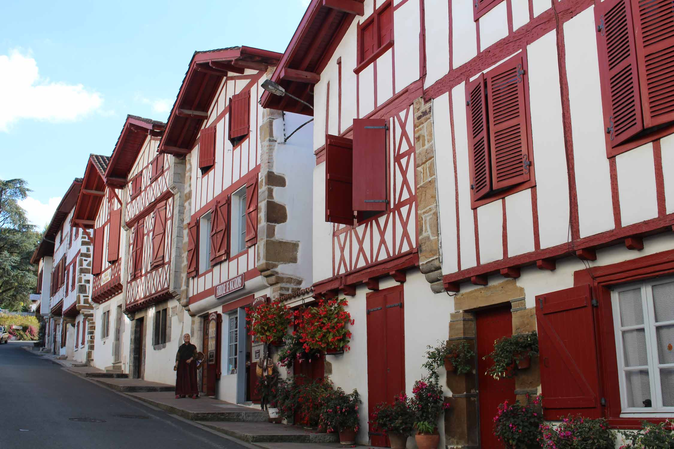 La Bastide Clairence, white and red houses