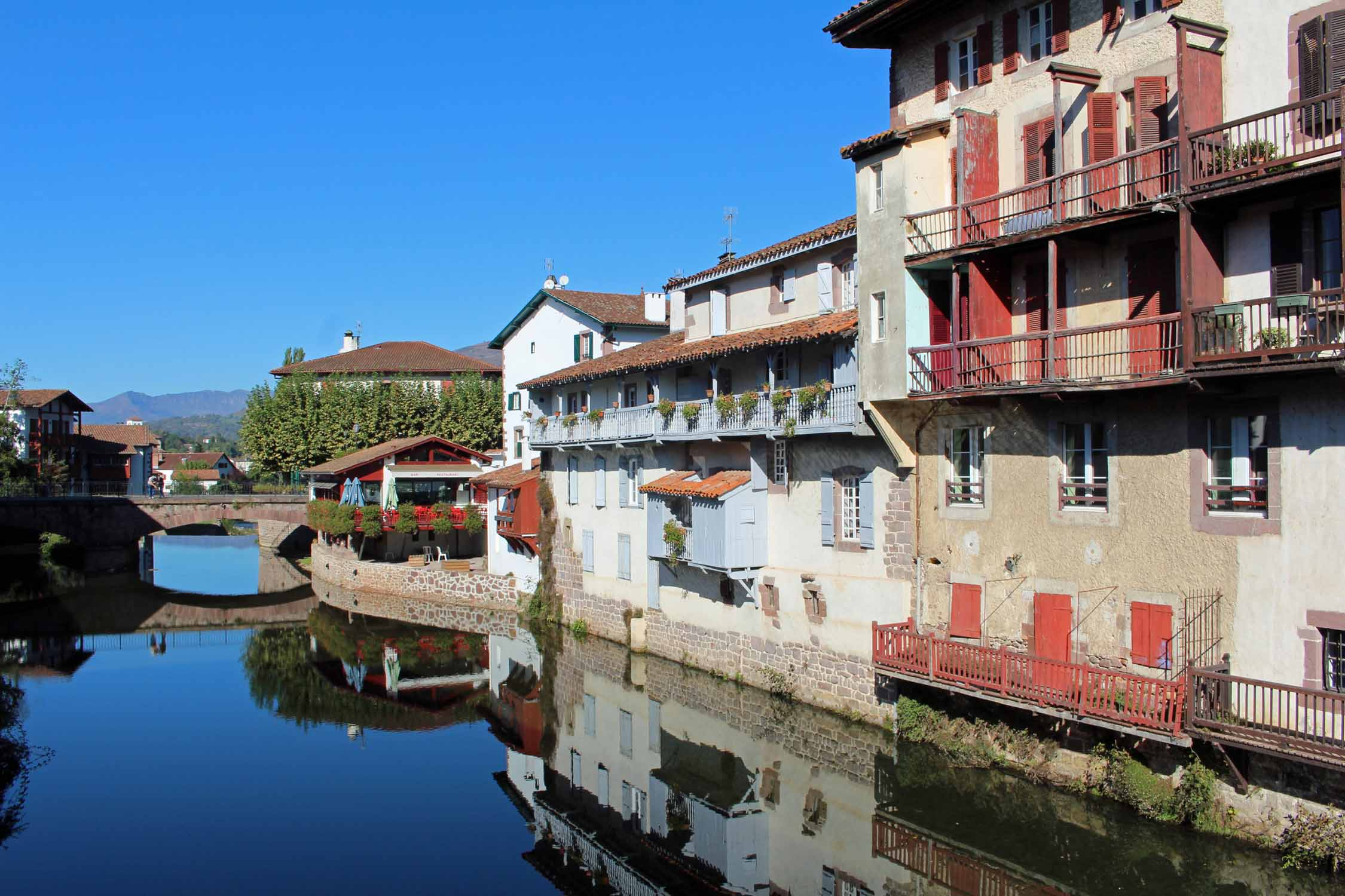 Saint-Jean-Pied-de-Port, Nive river, basque houses