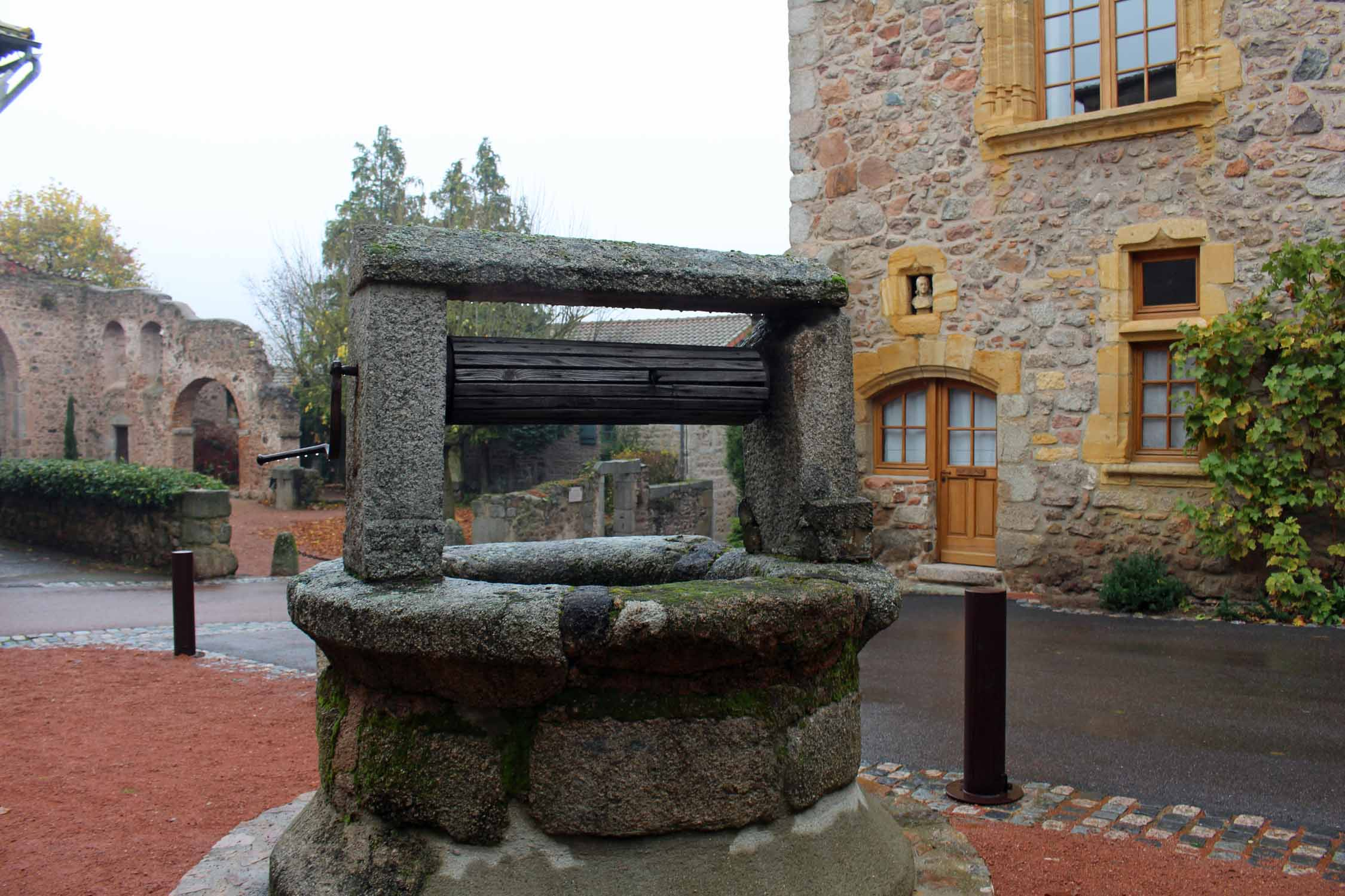 Le Crozet, old well