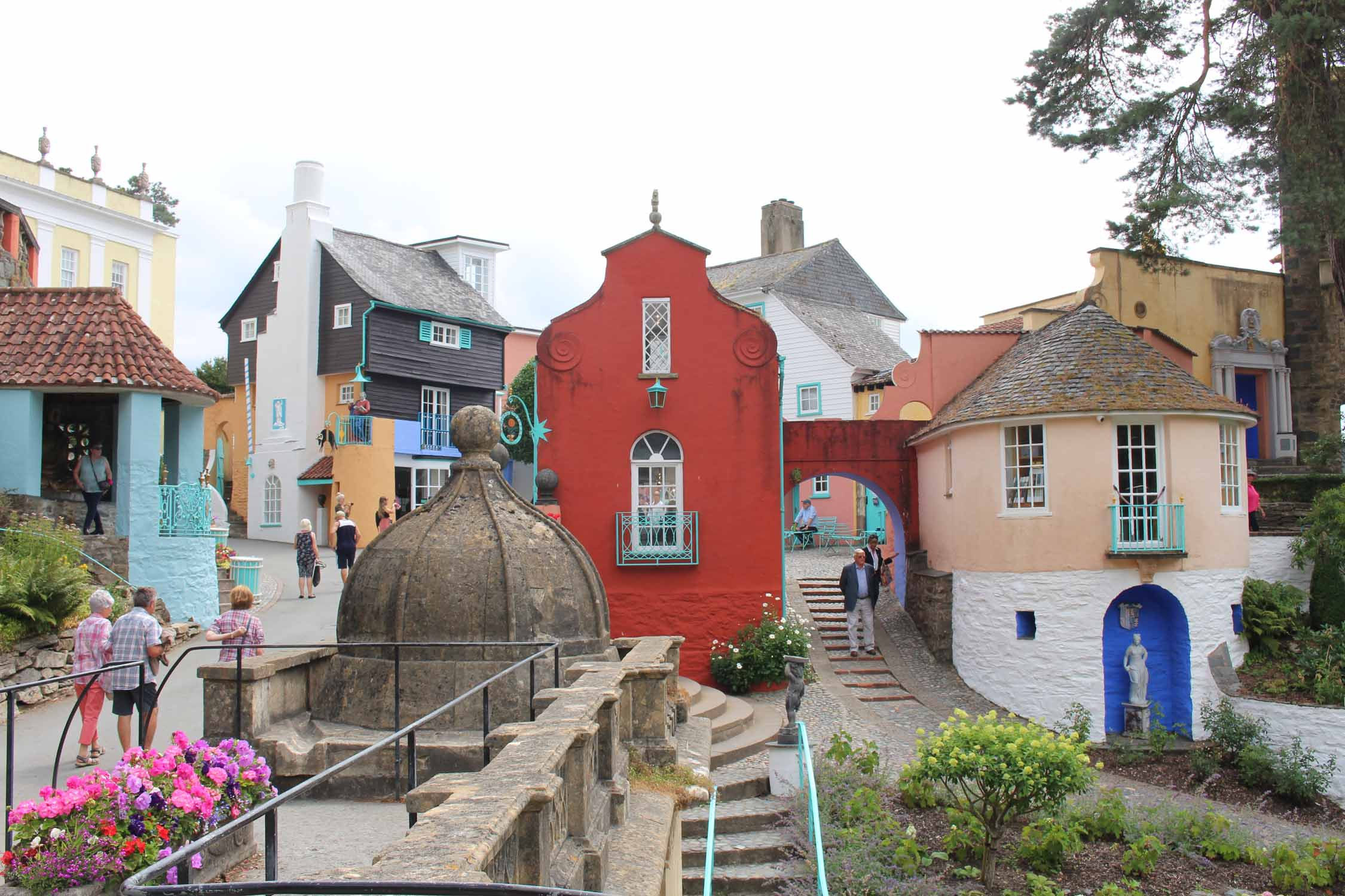 Gales, Portmeirion, casas coloreadas