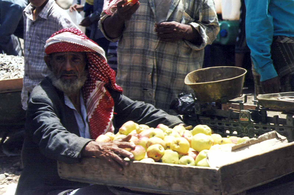 Apple salesman at the market of Suq adh-Dhabab